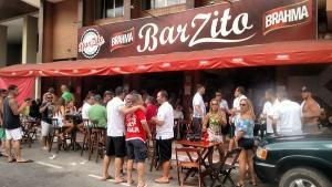 Corrente formada pelos frequentadores do BarZito, que fechou as portas após 43 anos de atividade, luta para que os futuros donos mantenham nome e tradição
