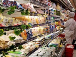 Associações do setor supermercadista apontam que o aumento no preço de itens da cesta básica chega a superar 20% no acumulado de 12 meses, em produtos como leite, arroz, feijão e óleo de soja