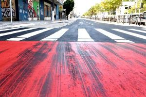 Leitores de A Gazeta reclamam das faixas vermelhas pintadas logo depois das faixas de pedestres, alegando que o material aplicado favorece a derrapagem de veículos; Prefeitura de Vitória diz que a tinta é adequada
