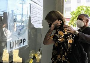A jovem saiu da Delegacia Especializada de Homicídios e Proteção à Mulher (DHPM) sem falar com a imprensa