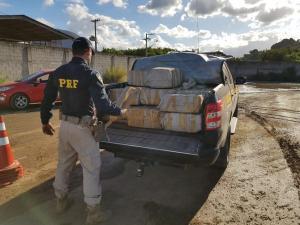 A Polícia Rodoviária Federal informou que foram apreendidos mais de uma tonelada da droga. O material foi encontrado por um cão farejador