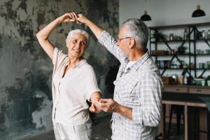 Acolher, dar carinho e proporcionar atividades que estimulem o sistema cognitivo e a socialização do idoso ajudam a família a lidar com esse momento