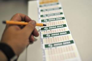 A aposta foi realizada em uma lotérica no Centro da cidade e faturou parte do prêmio no sorteio deste sábado (19). Os apostadores acertaram cinco dos seis números do concurso 2301