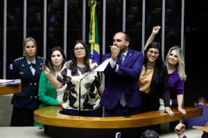 Presidente insinuou que repórter teria sugerido relação sexual em troca de 'um furo'. Soraya Manato apoiou Eduardo Bolsonaro, que fez a defesa do pai na Câmara. Lauriete e Rose de Freitas repudiaram a declaração
