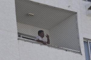 As imagens são do fotógrafo de A Gazeta Carlos Alberto Silva, que flagrou o momento em que o advogado, identificado como Marcelo Melo, se assusta com algum barulho e se abaixa na varanda; ele foi atendido pelo Samu e será encaminhado ao DPJ