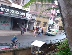 Segundo a polícia os dois adolescentes pretendiam cometer um assalto, mas a vítima reagiu e eles efetuaram os disparos que mataram o vendedor de polpa de frutas, Edmar Araújo