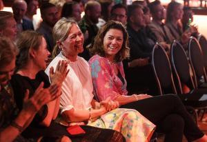 Jekker opp kravene til Schibsted-avisene – og nå vil Kristin Skogen Lund bli norgesmester på humor