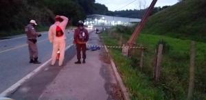 Acidente ocorreu durante a madrugada na rodovia que liga o município a Vargem Alta. O impacto foi tão forte que o poste se quebrou e as vítimas morreram no local