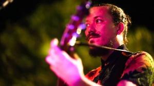O músico Manfredo fez parceria com artista plástico para o lançamento de seu novo single 'Vórtice'
