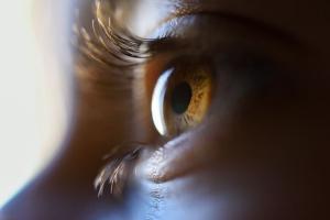 Assim como a pele, olhos precisam de cuidados diários. Hidratá-los, mantê-los limpos e protegê-los dos raios ultravioletas estão entre os cuidados essenciais para o dia a dia
