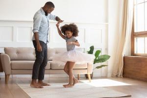 A comunicação certa muda completamente a nossa rotina com as crianças, se torna mais leve, com menos episódios de gritos e estouros, o que alimenta um ciclo positivo, perpetuando dias mais felizes