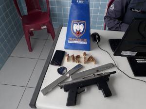Arma estava dentro de mochila, que o rapaz jogou em um quintal, de acordo com informações da PM. Ele tentou fugir, mas foi pego pela polícia