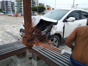Veículo atravessou o canteiro central da avenida, em Vitória, e atingiu outro veículo, que tombou. Ninguém teve ferimentos graves
