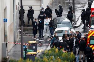 O ataque aconteceu no mesmo momento em que ocorre o julgamento dos atentados de janeiro de 2015, em que um dos alvos foi o veículo de imprensa