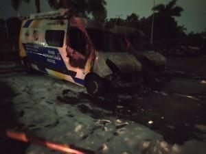 O incêndio nos veículos – que ficam estacionados no Parque da Cidade – foi registrado por volta das 23h desse domingo (20)