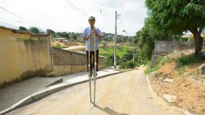Com quase 80 anos, morador do bairro Aparecida chama atenção pelas ruas com sua proeza