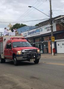 Após realizar a missa on-line na manhã deste domingo (12), o pároco Antonio Luiz Pazolini Pandolfi saiu em carro aberto do Corpo de Bombeiros para abençoar os fiéis pelas ruas e bairros da cidade