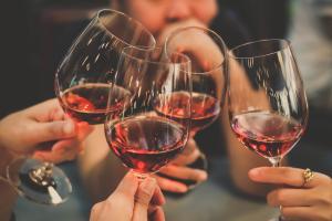 Beber um vinho que amadureceu o mesmo tempo de nossas vidas é uma experiência sensorial capaz de nos transportar para um universo único de aromas e sabores