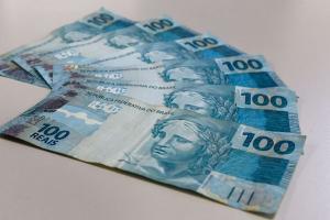 Maioria já está recebendo a sexta parcela, no valor de R$ 300, mas ainda há quem está recebendo as anteriores, de R$ 600. Valor será creditado em conta poupança social