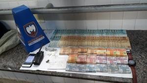 De acordo com a PM, o suspeito foi encontrado com R$ 10.960 em dinheiro, um rádio comunicador, dois papelotes de cocaína, maconha e um caderno com a contabilidade do tráfico