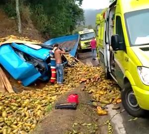 De acordo com a Eco101, a carga ficou espalhada pela pista e o motorista preso às ferragens