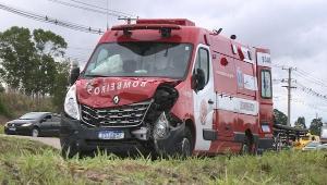 Ambulância transportava dois pacientes quando colidiu com carro de passeio, no km 143 da BR 101. Quatro pessoas ficaram feridas, sem gravidade