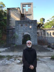 No meio da mata, a mais de uma hora do centro do município, Dom Columba distanciou-se da sociedade muito antes da pandemia