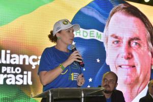 Ao ouvir uma mulher, em Vitória, pedir o impeachment dos presidentes da Câmara e do Senado, a deputada, que é defensora ferrenha do presidente Jair Bolsonaro (sem partido), afirmou: 'bem que eu queria. Não posso repetir o que você falou, mas bem que eu queria'.