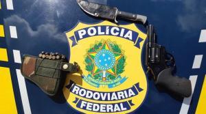 A arma, com seis munições, foi encontrada com o passageiro de um carro durante abordagem no quilômetro 202 da rodovia; homem foi encaminhado para a Delegacia de Aracruz