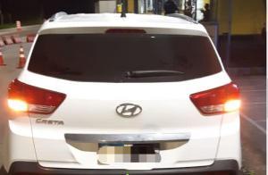 A PRF informou que, ao abordar o veículo, verificou que o documento apresentado pelo motorista fazia parte de um lote de documentos furtados do posto do Detran do município de Miracema (RJ). Carro foi recuperado e motorista levado à delegacia