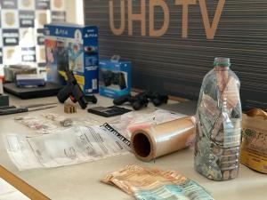 De acordo com a Polícia Civil, além de um material comprado de forma fraudulenta, foram encontradas armas, drogas e munições na casa do suspeito
