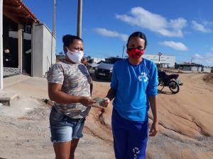 Na terça-feira (23), a catadora de materiais recicláveis Fernanda Vieira Sena encontrou a quantia enquanto fazia a triagem na usina de reciclagem em Mucurici, no Norte do Estado, e iniciou a busca pelo dono. Devolução ocorreu na manhã desta quinta (25)