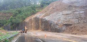 O bloqueio realizado se deve às fortes chuvas que atingiram o Estado e que tiveram início nesta quinta-feira (30)
