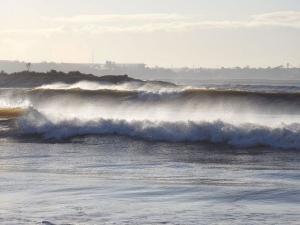 De acordo com a previsão, as ondas mais altas devem durar entre a madrugada de terça-feira (14) até a manhã de quarta-feira (16)