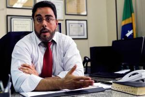 Operação Lava Jato no Rio ordenou embargo de ativos do criminalista Cristiano Zanin, que coordena a defesa do ex-presidente.