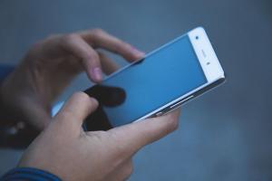 Na crise, os brasileiros também optaram por adquirir celulares mais baratos. Estudo aponta que foram comercializados 10,4 milhões de celulares, número inferior ao ano passado