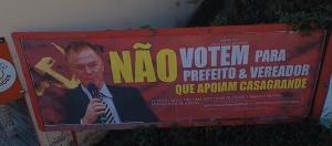 Mensagem instalada em outdoor da cidade pede para eleitores não votarem em candidatos apoiados por Casagrande. PSB entrou com ação na Justiça, que negou, provisoriamente, a retirada da peça