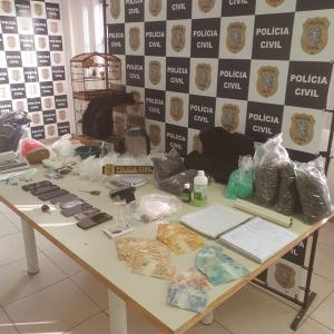 Detenção aconteceu em uma casa onde as drogas eram preparadas e distribuídas; no local foram encontrados mais de 7 mil pinos para cocaína e R$ 5 mil em dinheiro