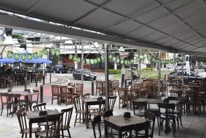 Prorrogação da proibição de funcionamento de bares e boates levantou críticas ao Executivo, por impedir estabelecimentos de abrir para evitar contágio, ao mesmo tempo em que mantém coletivos superlotados