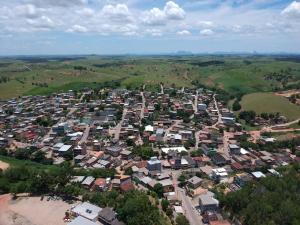 A cidade, que tem pouco mais de 11 mil habitantes contabiliza, até a tarde desta quarta (6), uma morte, sete casos confirmados e oito em investigação