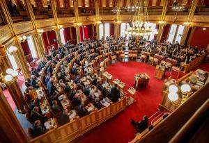 Byks for regjeringen og Stortinget på tillitsbarometer - sosiale medier faller