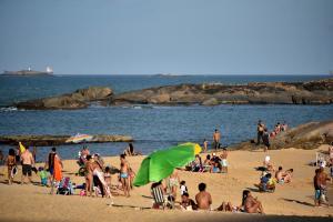 Praia da Costa, em Vila Velha, e Curva da Jurema, em Vitória, ficaram cheias de banhistas, a maioria sem máscaras