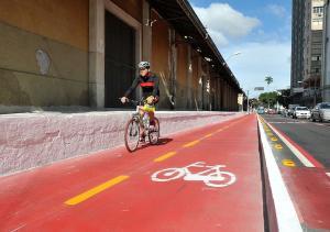 A faixa, que é exclusiva para bicicletas, funcionará de 7h às 15h e liga, pela orla, o Tancredão ao bairro de Jardim Camburi
