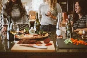 O consumo de bebidas alcóolicas em casa aumentou durante a período de isolamento. Esse foi o jeito que o 'quarentener' encontrou pra manter os momentos de descontração com os amigos e a família no fim do dia