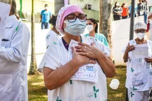 O Hospital Geral de Linhares ganhou 'Árvores da Esperança' com as mensagens escritas por moradores de abrigos da cidade