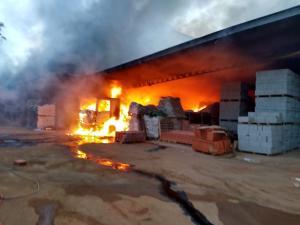 Empresa de material de construção foi atingida durante a madrugada. Bombeiros e carros-pipas da prefeitura ajudaram a controlar o incêndio