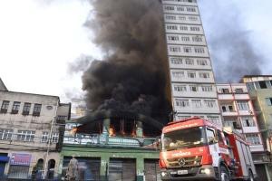 As chamas que atingiram uma loja de couros rapidamente se espalharam, atingindo imóveis vizinhos. Dois prédios, dois sobrados e quatro casas seguem interditados pela Defesa Civil de Vitória até que passem por reformas