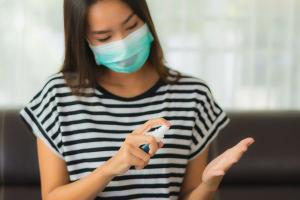 Especialistas alertam que ainda não é possível saber se o vírus pode causar reinfecção. Continua sendo importante o uso de máscara e o distanciamento - mesmo para as pessoas que já testaram positivo para o coronavírus