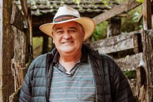 Edmilson Meireles de Oliveira, de 55 anos, apresentou sintomas fortes da doença, mas seu quadro é estável