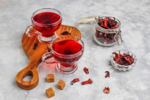 Queridinho das famosas, o chá de hibisco proporciona vários benefícios e pode ser utilizado em receitas
